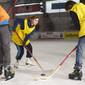 Schüler beim Eishockey im Sportunterricht