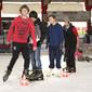 Schüler beim Schlittschuhlaufen im Sportunterricht