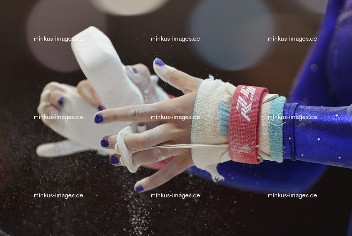 Women's ECh-Brussels 2012: hands with magnesia