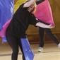 Frauengruppe bei Gymnastik mit Tuechern