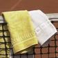 Zwei Handtuecher haengen ueber einem Tennisnetz