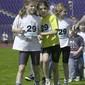 Maedchen vor dem Start zum Staffellauf
