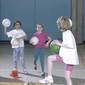 Kinder (4. Klasse) bei Ball-Abwerfspiel